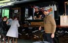 """""""FOOD TRUCK"""": Novosađani obožavaju burger ćevape – specijalitet koji je spoj američke i domaće kuhinje"""
