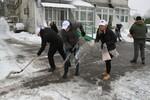 """""""POMOZIMO KOMŠIJI"""": Aktivisti SNS pomažu građanima u čišćenju snega"""