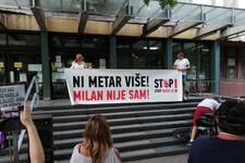 FOTO: Na protestu protiv nasilja Novosađani pružili podršku napadnutom aktivisti