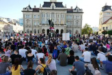 FOTO i VIDEO: Nakon skupa na Trgu Slobode, protestanti krenuli  ka policijskoj stanici u Ulici Kraljevića Marka