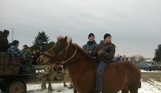 U Kovilju danas na konjima i u čezama vijali Božić (FOTO)