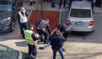 FOTO: Muškarac u centru nasrnuo na policajca koji je, zbog povreda, završio u Urgentnom centru