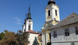 """""""DNEVNIK"""": U centru Karlovaca napušteni psi kidisali na vernike pred početak liturgije"""