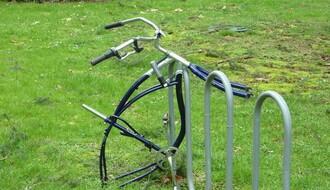 Hteli da ukradu bicikl u centru NS pa iščupali saobraćajni znak