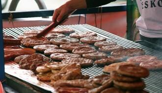 BRZA HRANA: Šta Novosađani najviše vole da pojedu s nogu (FOTO)