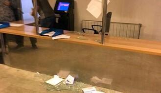 FOTO: Iznervirani građanin razbio šalter i vrata u Socijalnom