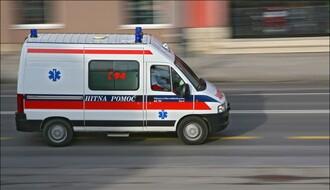 Nesreća u Petrovaradinu: Poginuo pešak, a motociklista teško povređen