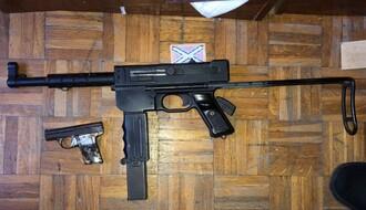 FOTO: U iznajmljenom stanu uzgajao marihuanu i držao automatsku pušku i pištolj