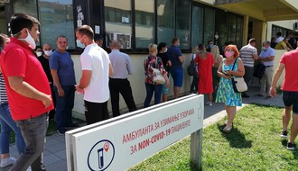 FOTO: Redovi ispred Non-kovid i Ambulante za respiratorne infekcije