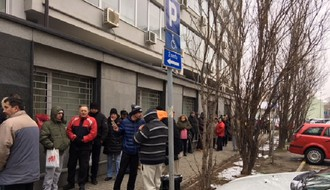 """Udruženje građana """"NS blok"""": Bolesni satima čekaju ispred zgrade Fonda za zdravstveno osiguranje"""