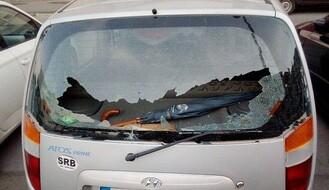 FOTO: U policijskoj poteri na Limanu oštećen automobil