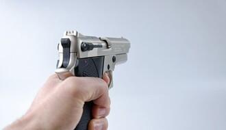 Uz pretnju nožem i replikom pištolja upali u kuću u Petrovaradinu