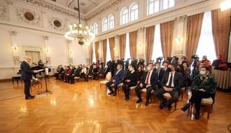 """Prof. dr Vladimiru Petroviću uručena Februarska nagrada, novčani iznos poklanja """"Dečijem selu"""" (FOTO)"""