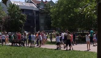 FOTO: Prskajući se vodom đaci proslavili kraj školske godine u parkiću kod Medicinske škole