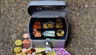 NOVO NASELJE: Autom uleteo u izlog menjačnice i odneo sef pun novca