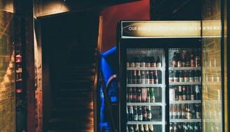 MUP: Maskiran kapuljačom pokušao da opljačka prodavnicu i obije frižider s pićem
