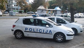 Novosađanin kažnjen s 50.000 dinara zbog fotografisanja na haubi policijskog auta (FOTO)