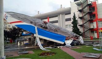 "Srušio se krov ""male pečurke"", povređen muškarac (FOTO i VIDEO)"