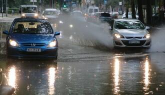 Nevreme pogodilo Novi Sad: Leteli suncobrani, a ulice ponovo pod vodom