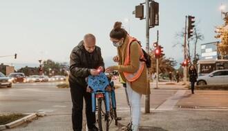 """FOTO: Novosadskim biciklistima deljena svetla i """"mačje oči"""""""