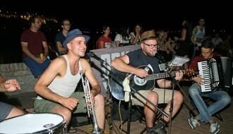 FOTO i VIDEO: Ko su mladići koji su zabavljali Novosađane na Keju?