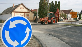FOTO: Odmiču radovi na kružnoj raskrsnici u Begeču
