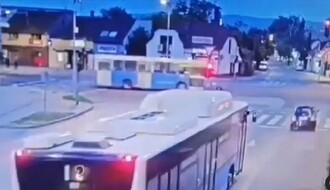 VIDEO: Automobil projurio kroz crveno i zamalo se sudario sa autobusom