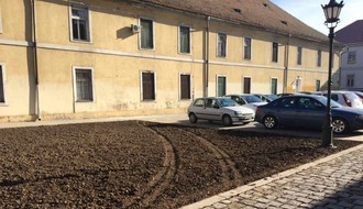 FOTO: Travnata površina uništena nepropisnim parkiranjem