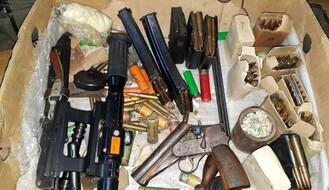 Uhapšen zbog nelegalnog posedovanja četiri puške i dva pištolja