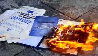 Profesorica iz Novog Sada spalila ispred Skupštine sve svoje diplome i licence (VIDEO)