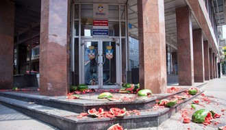 BEOGRAD: U znak protesta doneli 200 kilograma lubenica pred sedište komunalne policije