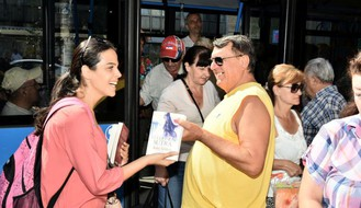 FOTO: Knjige na poklon za korisnike gradskog prevoza u NS