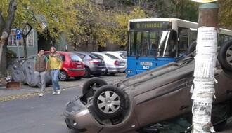 Saobraćajka na Grbavici: Mikra završila na krovu (FOTO)