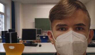 Maske od danas obavezne u školama, sve više odeljenja prelazi na onlajn nastavu