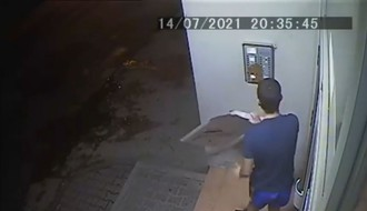 VIDEO: Maloletnik razmazao izmet po interfonu Novosađana