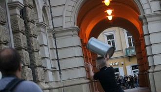 LSV traži od MUP-a da objavi imena huligana koji su oštetili Gradsku kuću
