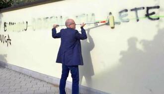 FOTO: Gradonačelnik prekrečio grafit s porukom mržnje