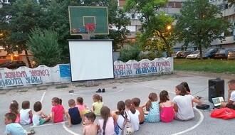 KOMŠIJE ZA PRIMER: Limanci improvizovali letnji bioskop za najmlađe (FOTO)