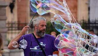 """NOVOSAĐANI: """"Čika sa balonima"""" svakodnevno uveseljava najmlađe sugrađane"""