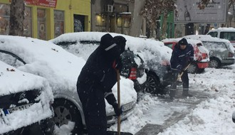 "Ekipe ""Parking servisa"" čiste sneg na parkiralištima"