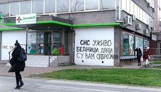 """FOTO: Preteći grafit upućen redakciji portala """"NS uživo"""" osvanuo na Limanu"""