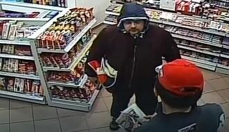 Policija traga za čovekom sa slike koji je opljačkao pumpu na Novom naselju