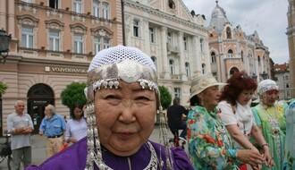 TRG SLOBODE: Gošće iz Sibira izvele molitveni ples za Srbiju (FOTO)