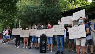 FOTO I VIDEO: Održan protest ispred policijske stanice na Detelinari