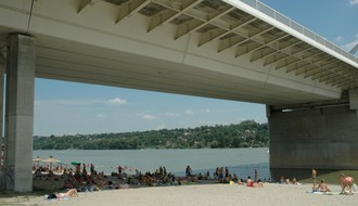 POGODILA JE PESMA: Devojka skočila s Mosta slobode