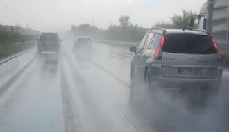 VOZAČI, OPREZ: Kiša i mokri kolovozi otežavaju saobraćaj