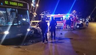 FOTO: Sudar dva automobila i gradskog autobusa na Bulevaru oslobođenja