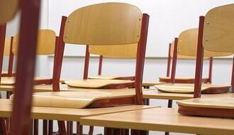 KISAČ: Zaposleni u osnovnoj školi protiv nametnute direktorke, dočekali je okrenutih leđa