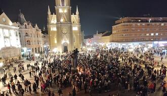FOTO I VIDEO: Novi Sad tuguje, stotine građana na Trgu slobode