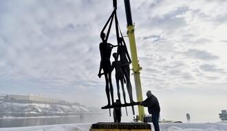 """Spomenik """"Porodica"""" nakon obnove vraćen na Kej žrtava racije (FOTO)"""